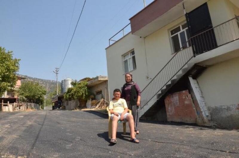 Zihinsel engelli Remzi için evinin önüne kadar asfalt döküldü