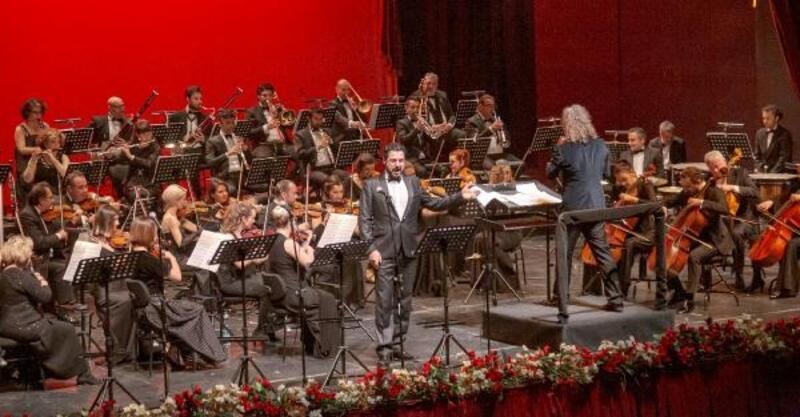 Operanın perdesi açılıyor
