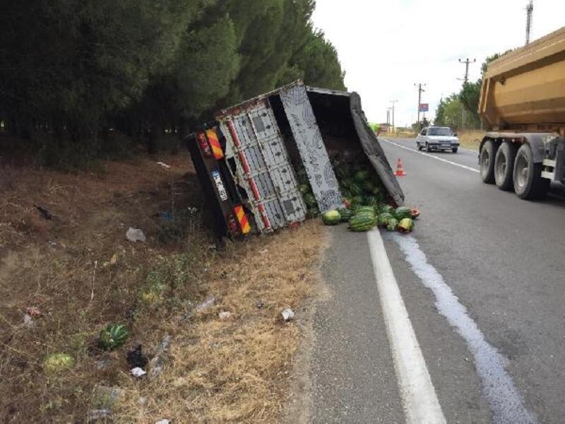 Devrilen karpuz yüklü kamyonun sürücüsü yaralandı
