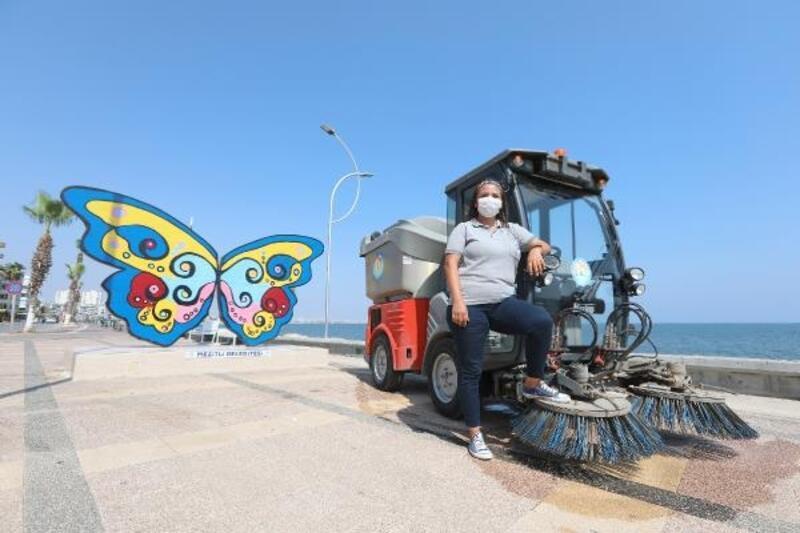 Meltem, 6 yıldır iş makinesiyle cadde ve sokakları süpürüyor