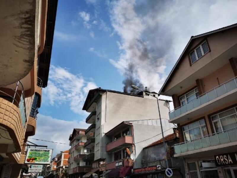 5 katlı binanın çatısı yandı