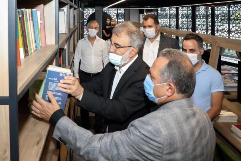 AK Parti'li Yıldız'dan kütüphaneye kitap bağışı