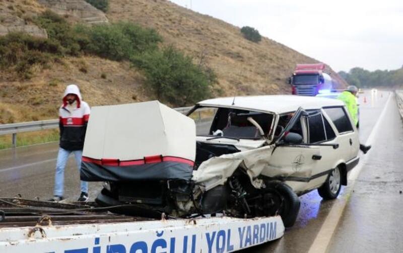 Refüje çarpan otomobilin sürücüsü yaralandı