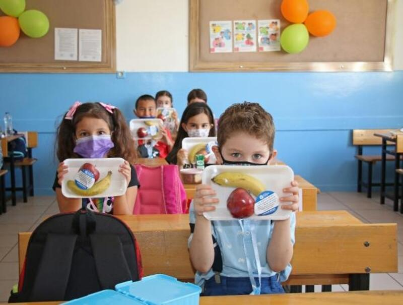 İlk teneffüste öğrencilerin meyvesi Büyükşehir'den