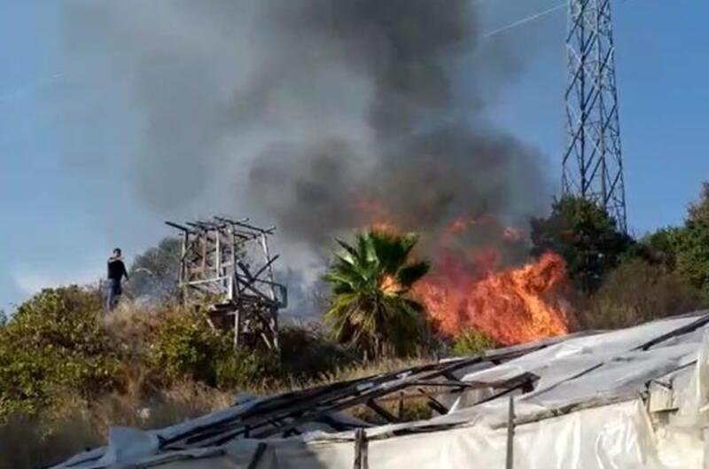 Alanya'da çalılık alanda çıkan yangın, evlere sıçramadan söndürüldü