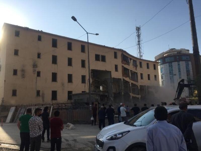 Yüksekova'da değim ve dönüşüm kapsamında hükümet konağı binası yıkıldı