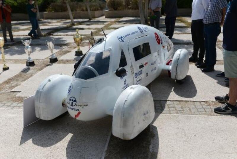 TEKNOFEST Elektrikli Otomobil Yarışı'nda 2'nci olan öğrenciler Rektör Tuncel'i ziyaret etti