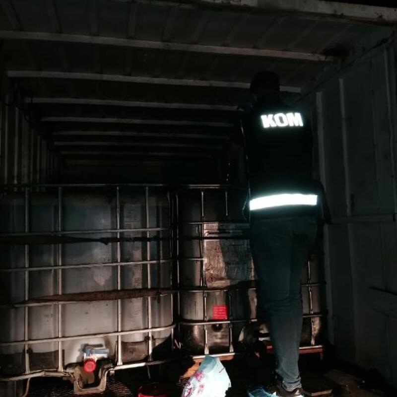 Kamyon kasasında, atık yağlardan elde edilmiş kaçak yakıt ele geçirildi