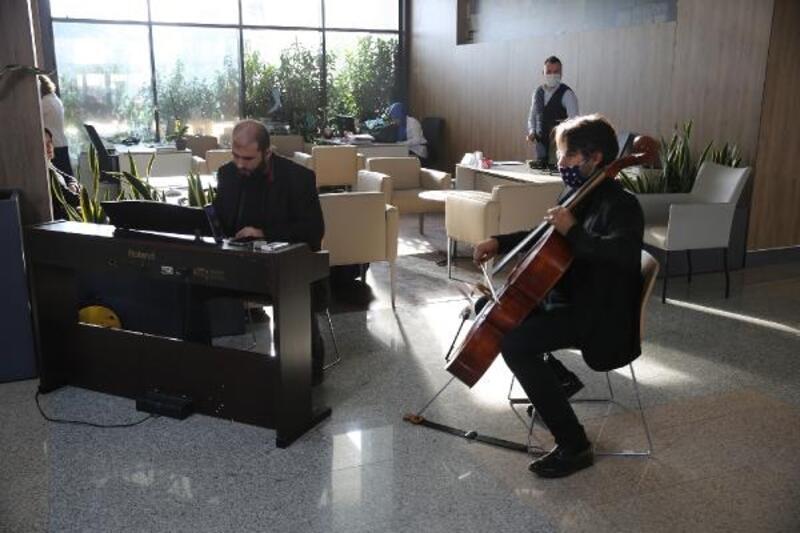 Belediye çalışanlarına canlı müzikli karşılama