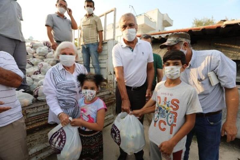 Mezitli'de hayırsever iş kadınından mandalina bağışı