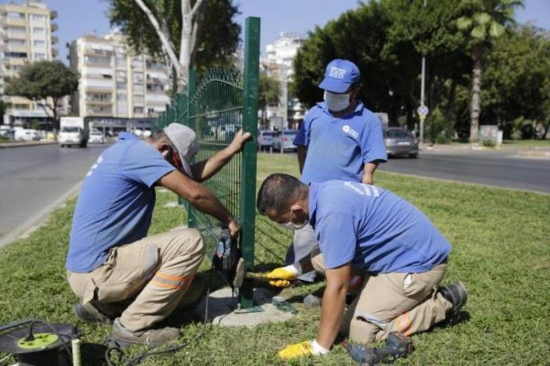 Yaya ölümleri yaşanan caddede tel çit çalışması