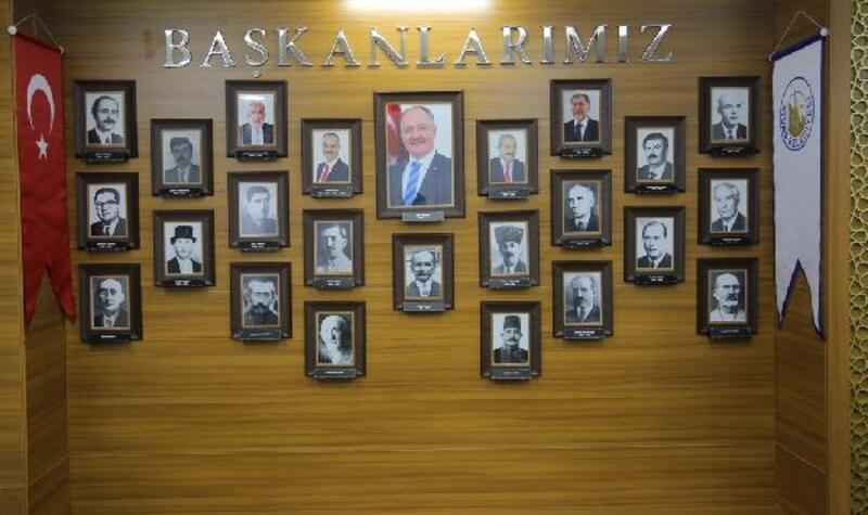 Belediye başkanlarının fotoğrafları bekleme salonuna yerleştirildi