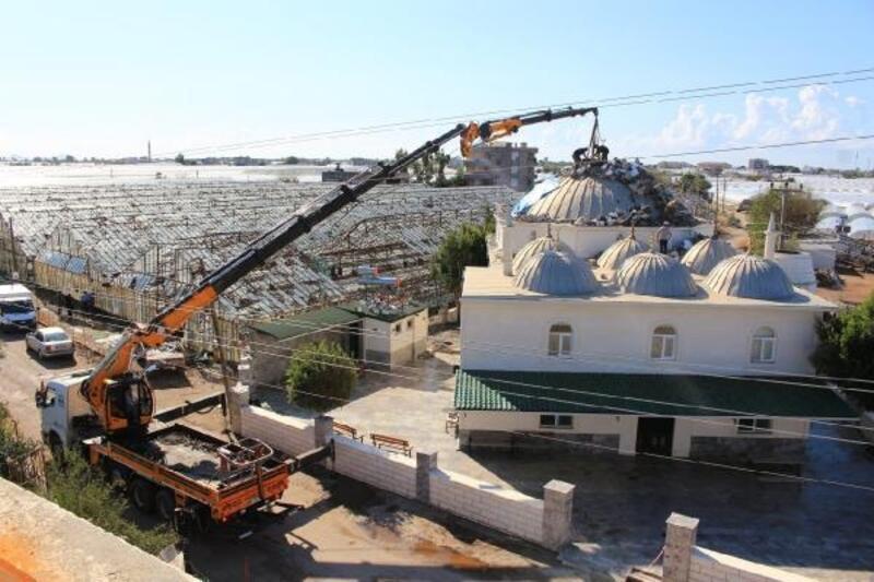 Kumluca'da yıkılan minare molozu ve devrilen ağaçlar kaldırılıyor