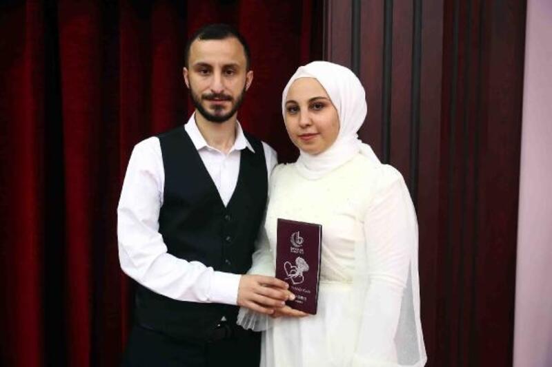 Üniversiteyi bitirdi toplu nikahla evlendi