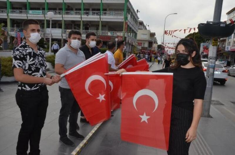 CHP'li gençler bayrak dağıttı