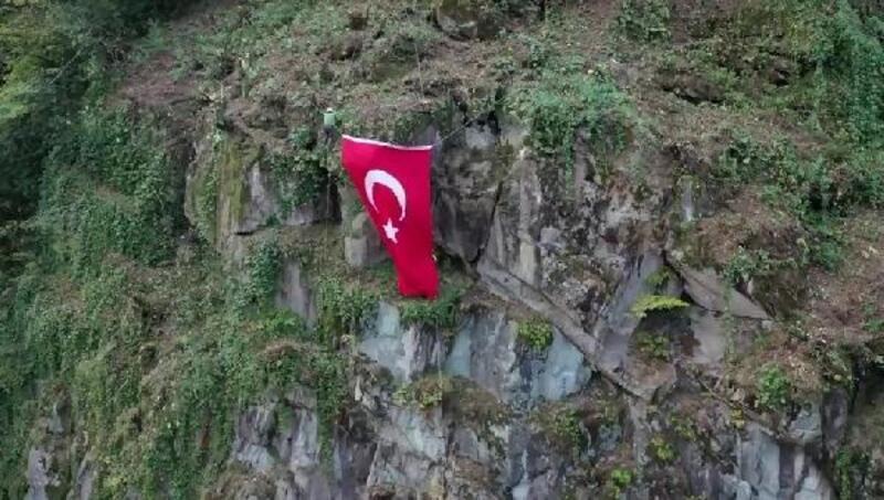 Yamaca, Türk Bayrağı asarak Cumhuriyet'i kutladılar