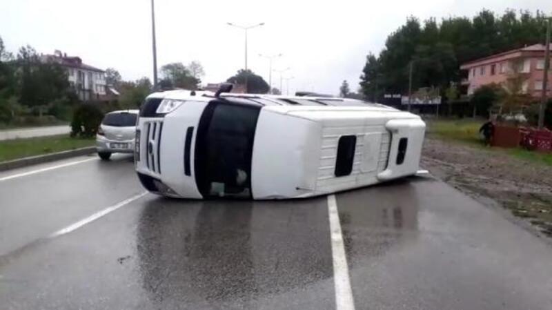 Terme'de minibüs devrildi: 2 yaralı