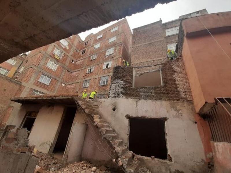 Bağlar'da 20 yıldır metruk haldeki bina yıkıldı