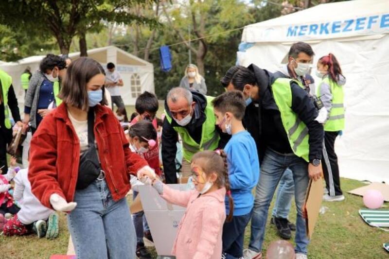 Depremzedelere gelen yardımlar dağıtılıyor