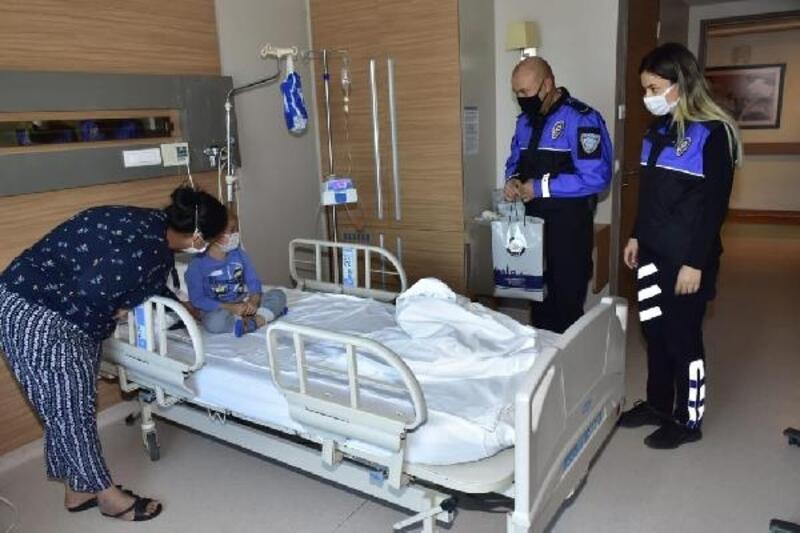 Polis, lösemili minikleri hastanede ziyaret etti