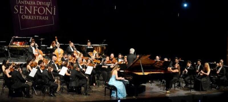 Piyanolu-kemanlı konser