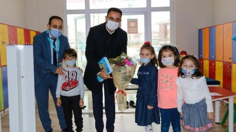 Biga Belediye Başkanı, çocuklara kitap hediye etti