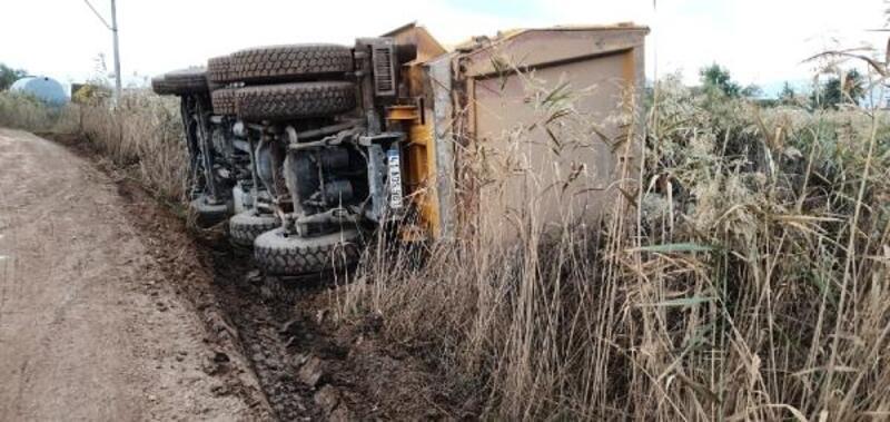 Çakıl yüklü kamyon devrildi, sürücüsü yara almadan kurtuldu