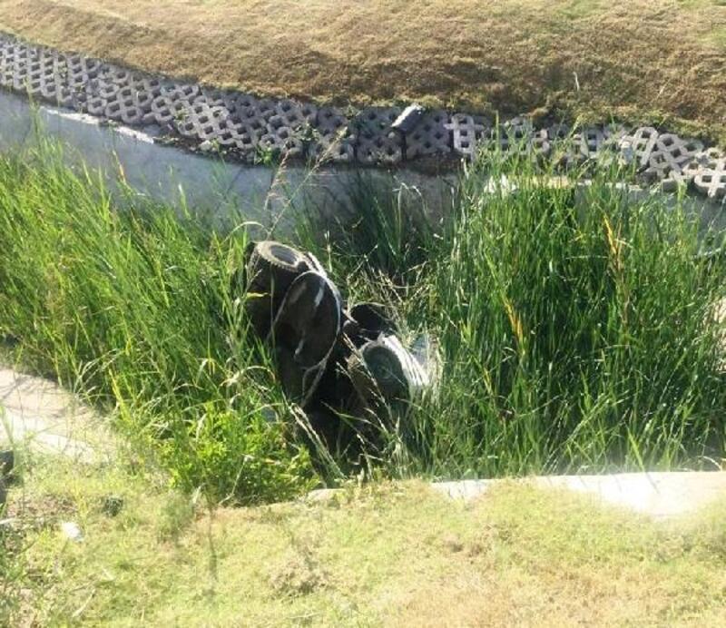 Çim traktörüyle yapay su kanalına düştü