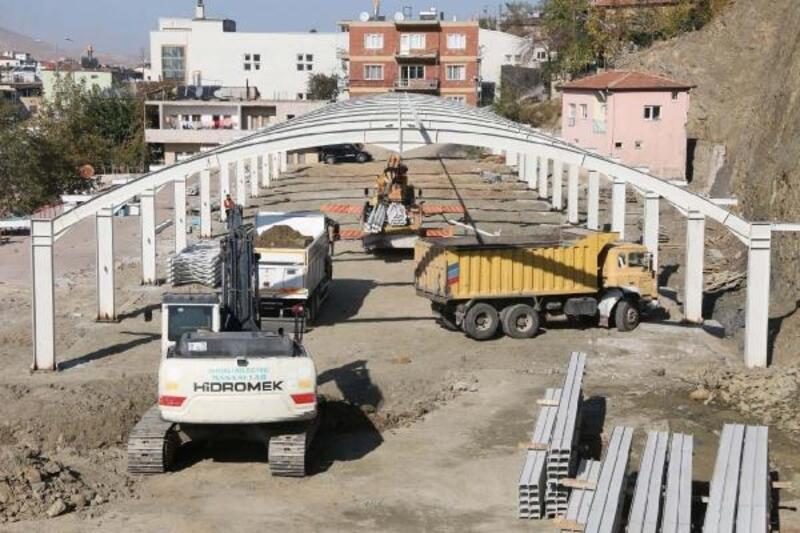 Yahyalı'da kapalı pazaryeri inşaatı sürüyor