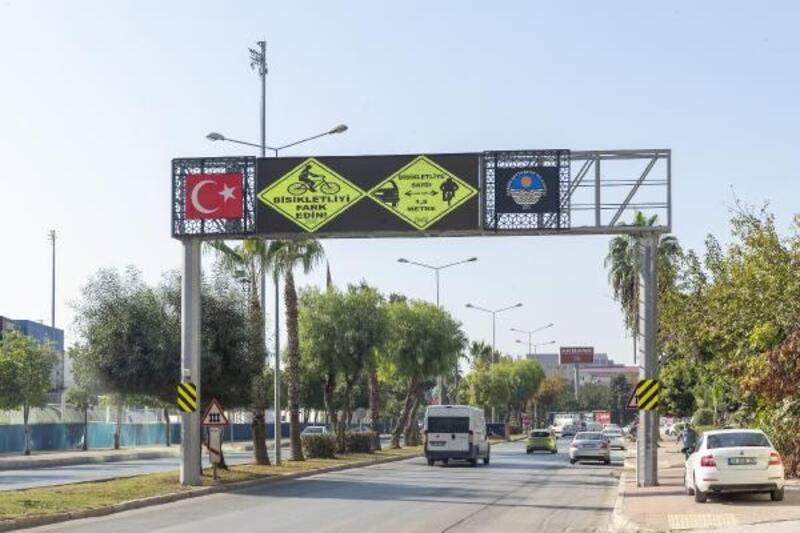 Büyükşehir, bisikletlilerin güvenliği için uyarı levhaları yerleştirdi