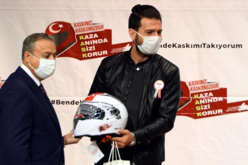 Motosiklet sürücüleri, kask ile ödüllendirildi
