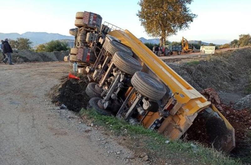 Hafriyat kamyonu devrildi, sürücü yaralandı