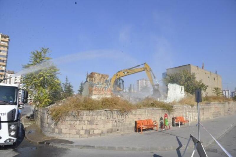 Melikgazi'de metruk binalar yıkılıyor