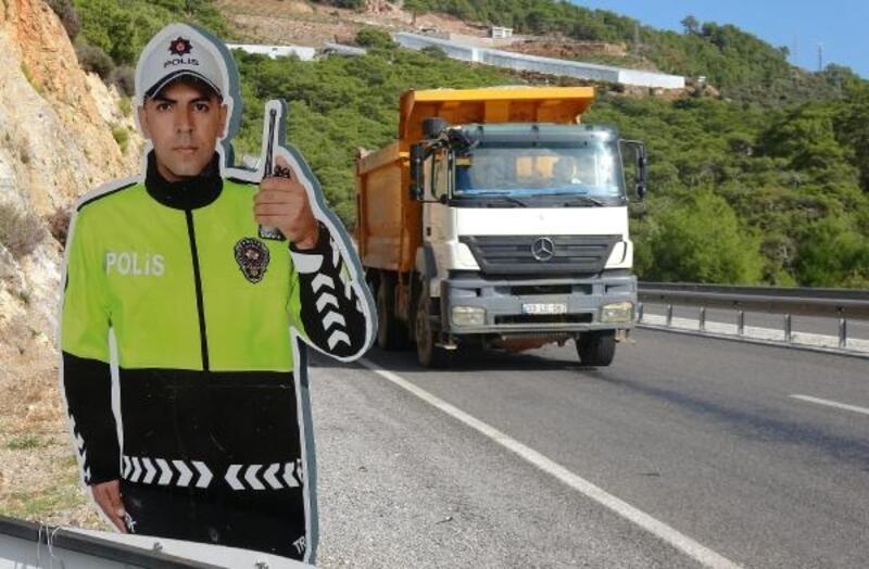 Silahlı saldırıya uğrayan trafik polisi maketi, yenisi ile değiştirildi