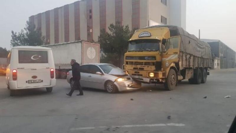 Kamyonun çarptığı otomobildeki 2 kişi yaralandı