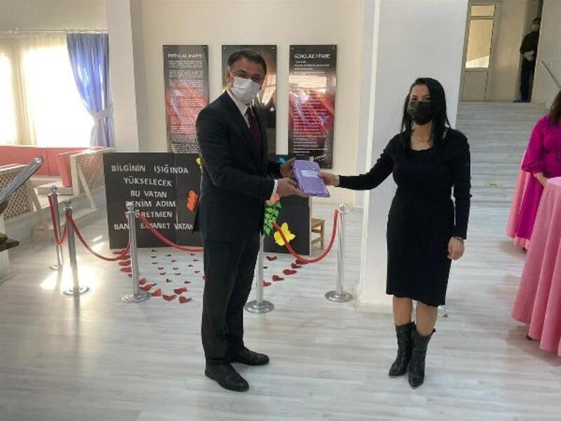 Vali Balcı, öğretmenlere kitap hediye etti