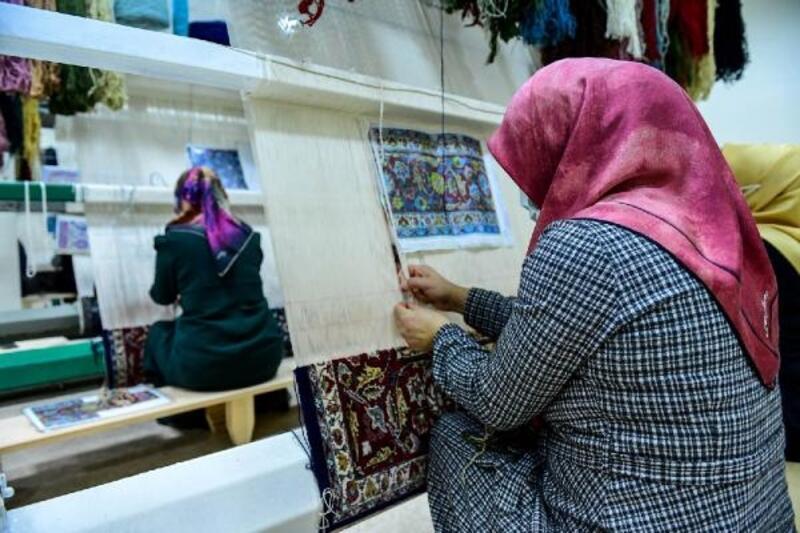Altındağlı kadınlar halı dokuyarak, ev ekonomilerine katkı sağlıyor
