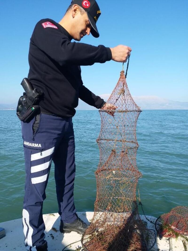 Eğirdir Gölü'nde 400 kerevit sepetine el konuldu