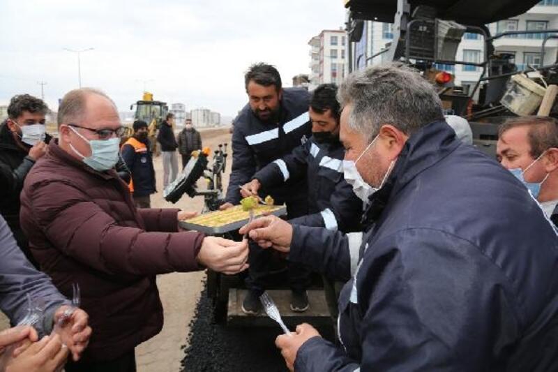 Başkan Bilgin'den sahada çalışan ekiplere tatlı ikramı