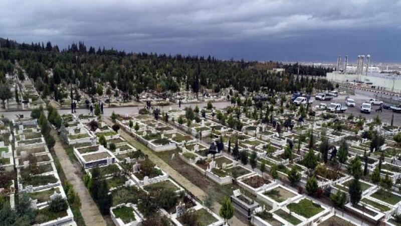 Mezarlıklara 50 bin çiçek dikildi