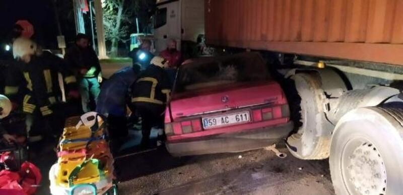 Lüleburgaz'da TIR dorsesi altına giren otomobilde 2 kişi yaralandı