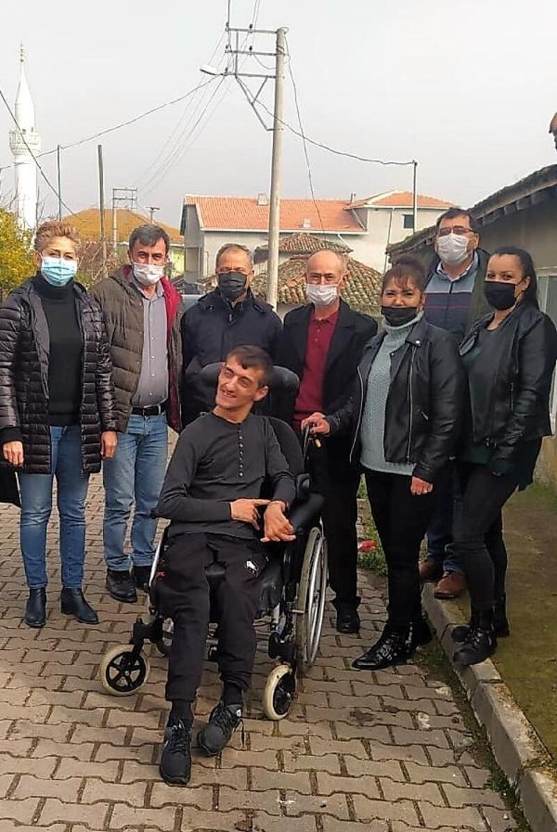 İYİ Parti ilçe teşkilatından iki gence tekerlekli sandalye