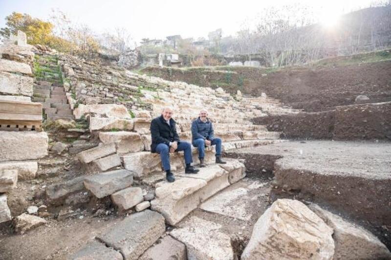 Soyer, Smyrna Antik Tiyatrosu'ndaki kazı çalışmalarını inceledi