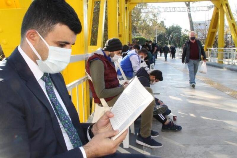 Tarihi köprü üstünde kitap okudular