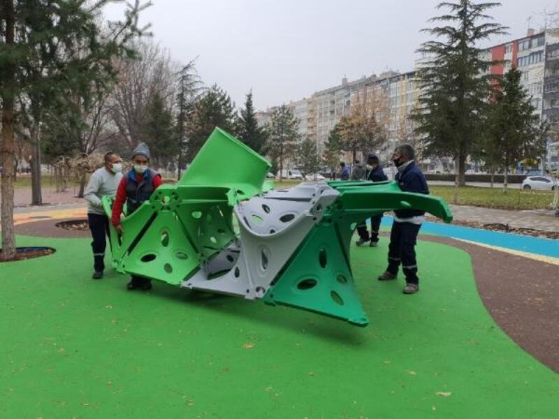 Melikgazi'de parklara yeni oyun grupları geldi