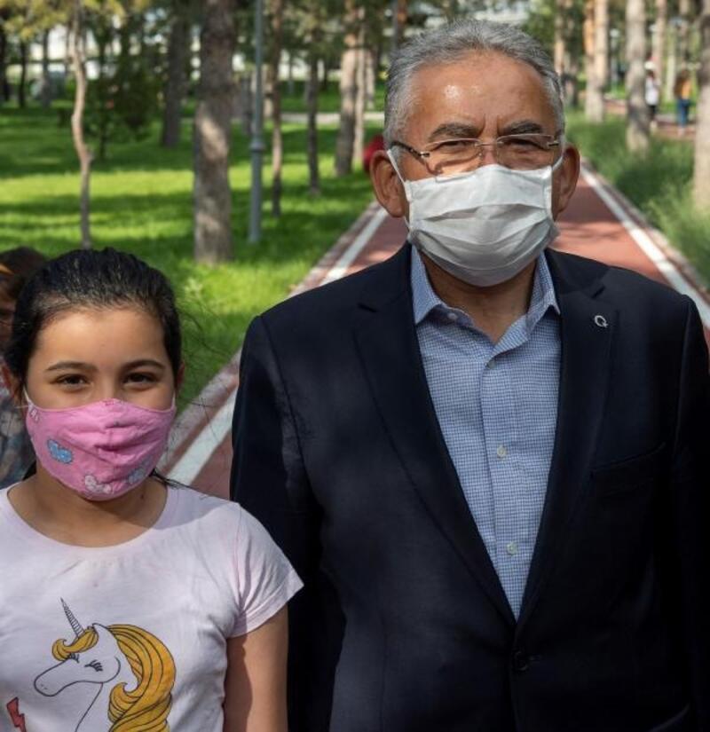 Kayseri Büyükşehir Belediyesi, çocuklara 30 bin maske dağıttı