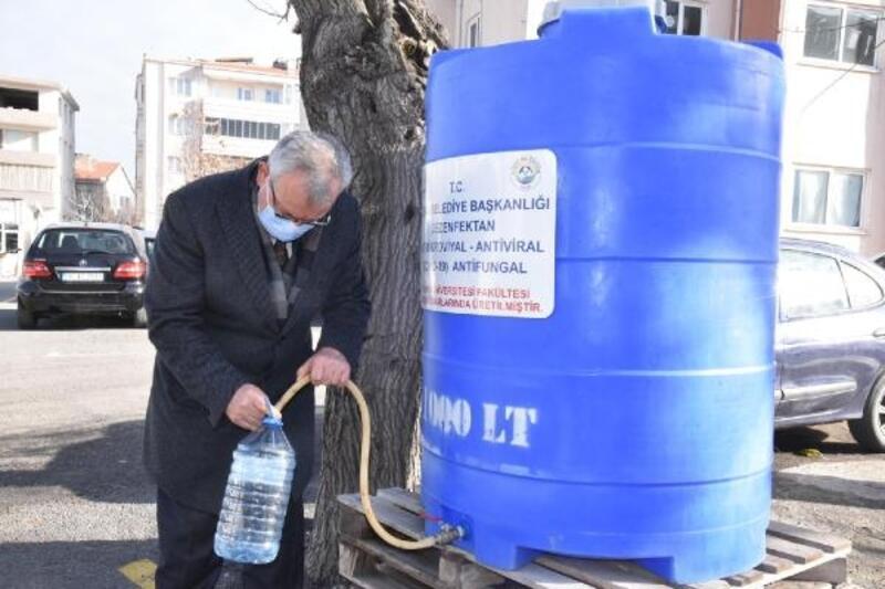 Keşan'da vatandaşlara çeşmeden ücretsiz dezenfektan dağıtılıyor