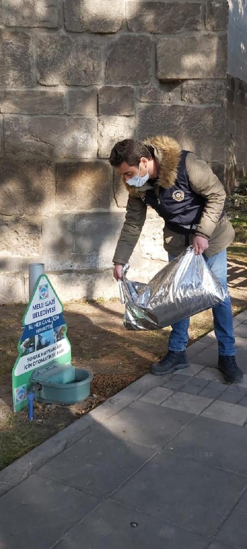 Polis ekipleri, sokak hayvanları için yem bıraktı