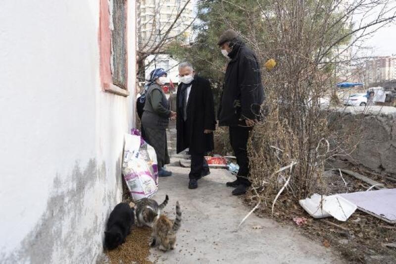 Başkan Büyükkılıç'tan kedileri için mama isteyen inşaat işçisine ziyaret
