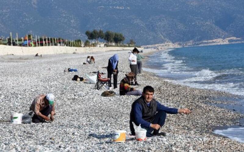 Salgından korunmak için sahile kaçıyorlar